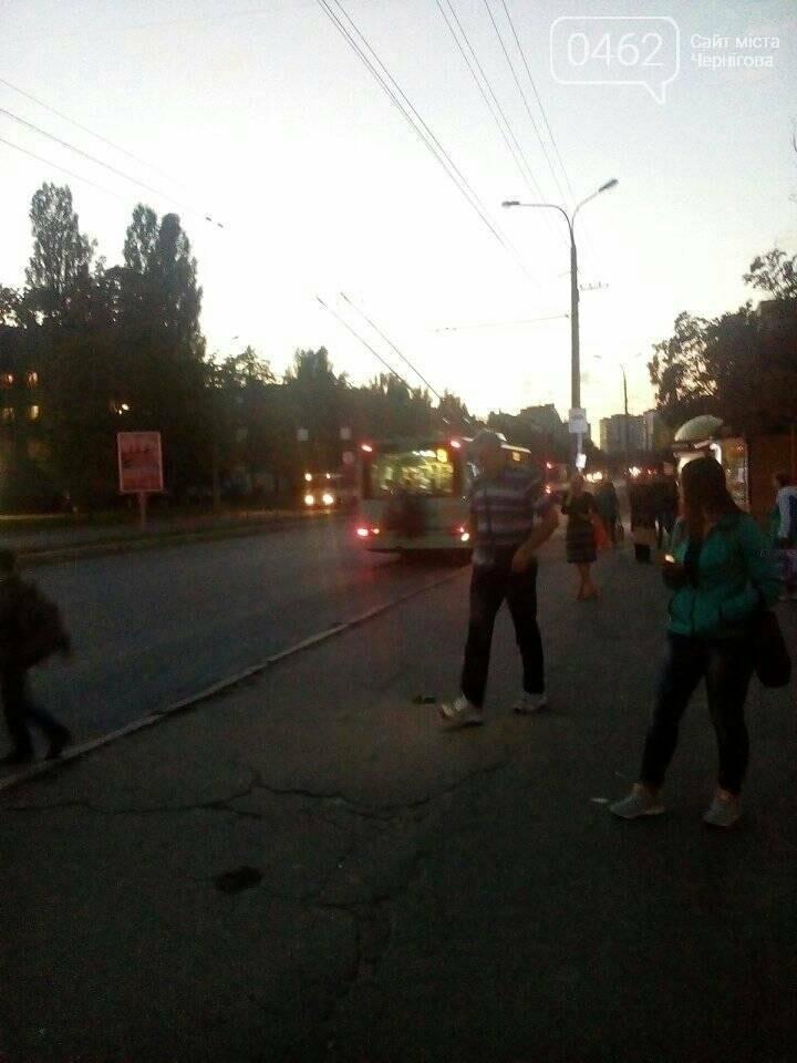 Малолетние зацеперы в Чернигове рискуют жизнью на троллейбусах, фото-2