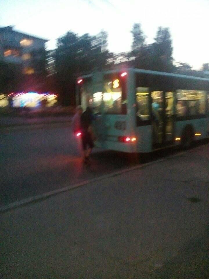 Малолетние зацеперы в Чернигове рискуют жизнью на троллейбусах, фото-1