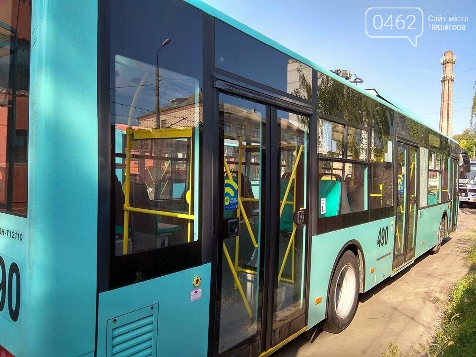Вандалы разбили в Чернигове новые троллейбусы, фото-2