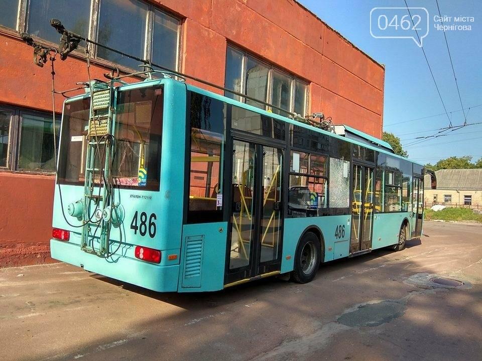 Вандалы разбили в Чернигове новые троллейбусы, фото-4