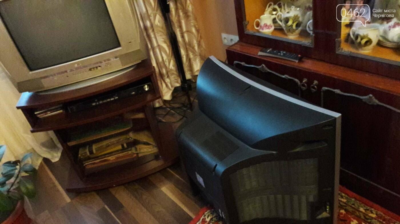 Дочь Лидии Петровны на время дала попользоваться своим телевизором. На полу - неисправный