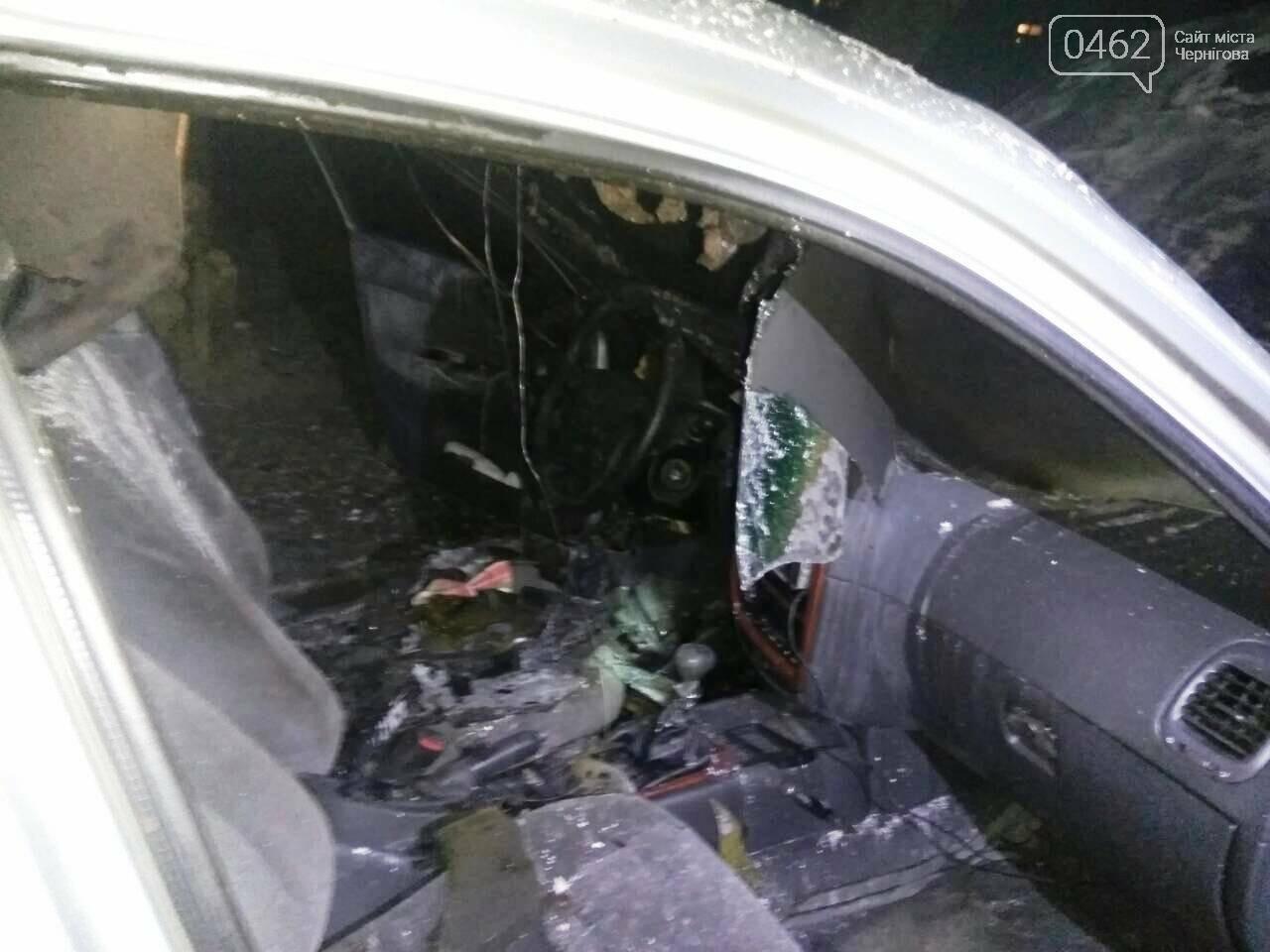 В Чернигове ночью горел автомобиль, фото-1