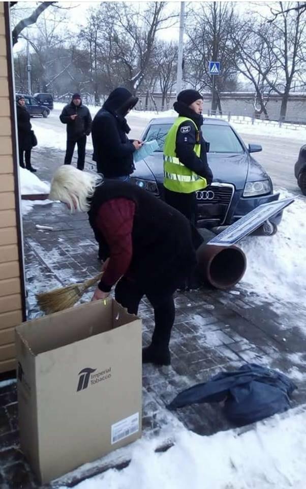 В Чернигове автомобиль едва не сбил людей на остановке, фото-2