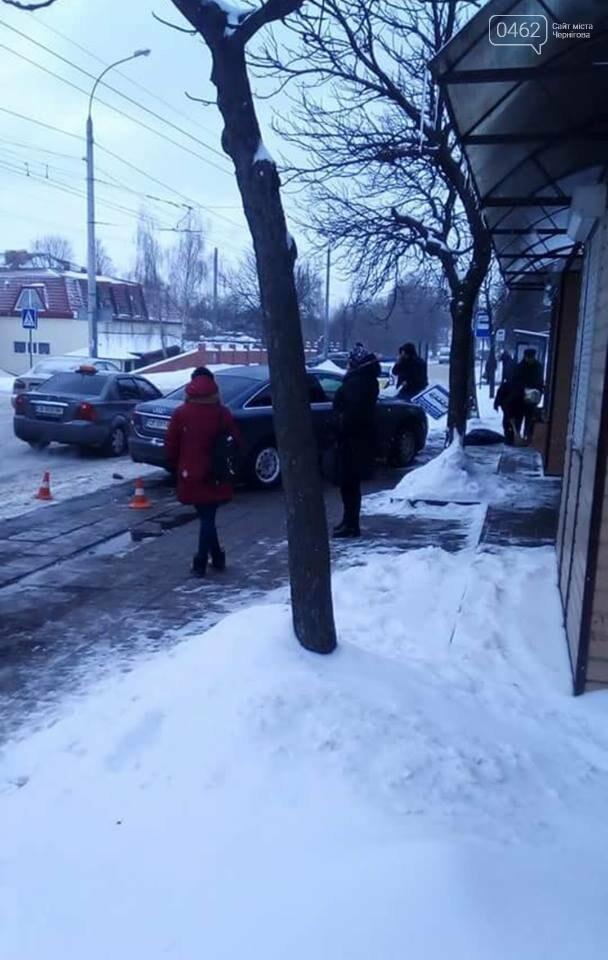 В Чернигове автомобиль едва не сбил людей на остановке, фото-3