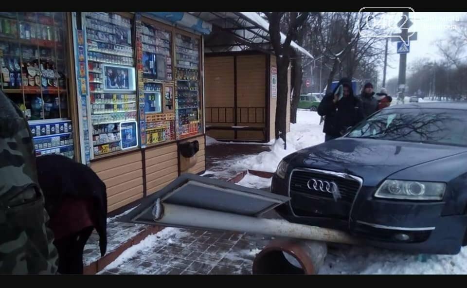 В Чернигове автомобиль едва не сбил людей на остановке, фото-1