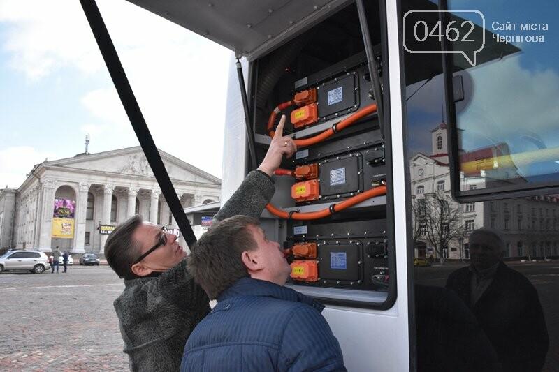 Сегодня на центральной площади Чернигова осмотрели городские электроавтобусы, фото-2