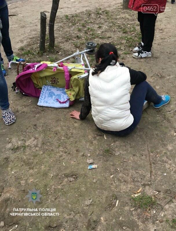 На Рокоссовского в стельку пьяная женщина разгуливала с ребенком в коляске, фото-1