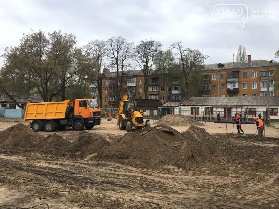 В трех черниговских школах начали реконструировать футбольные площадки , фото-1