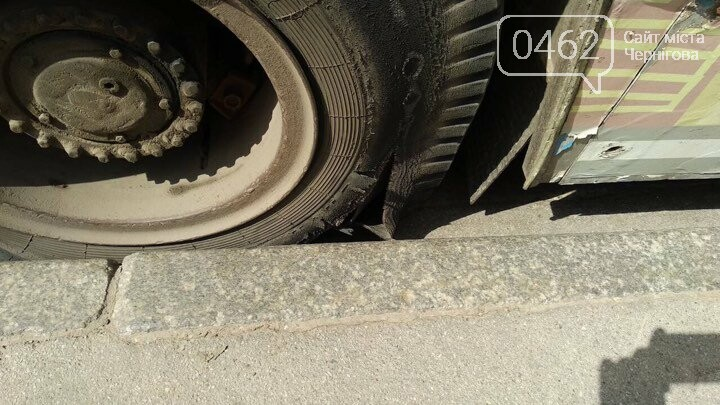 "В Чернигове у троллейбуса на ходу ""взорвалось"" колесо, фото-2"