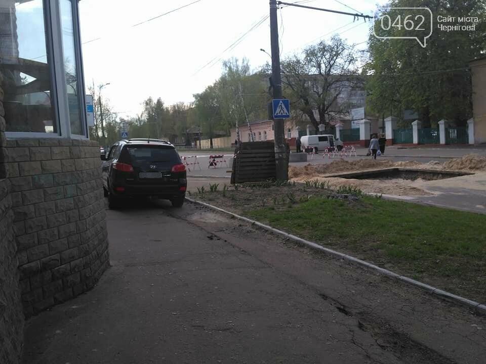 Перекрытую дорогу в Чернигове объезжают по тротуару, фото-1