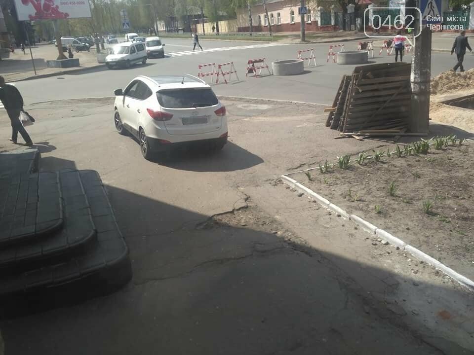 Перекрытую дорогу в Чернигове объезжают по тротуару, фото-2