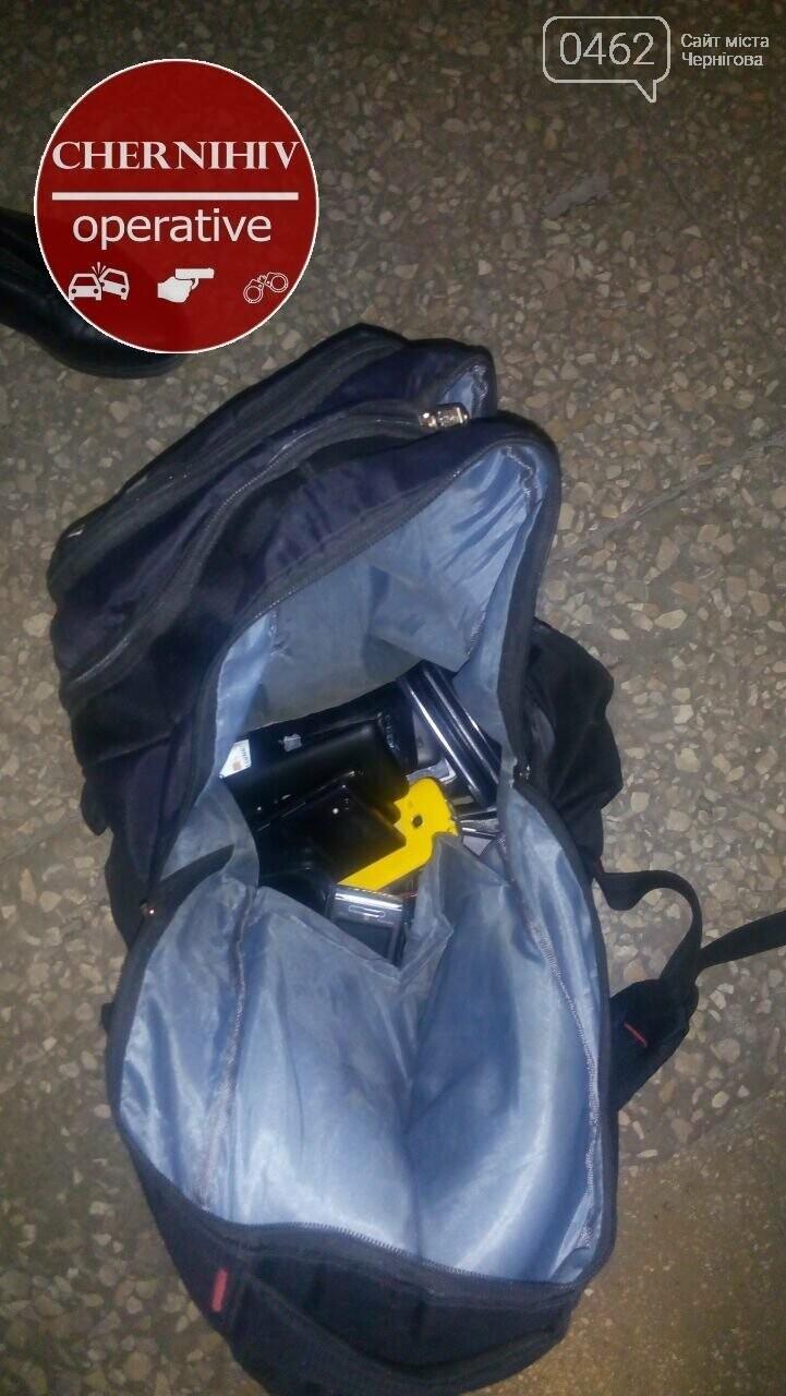 Чернігівські поліцейські затримали злодія з повним рюкзаком краденого, фото-2