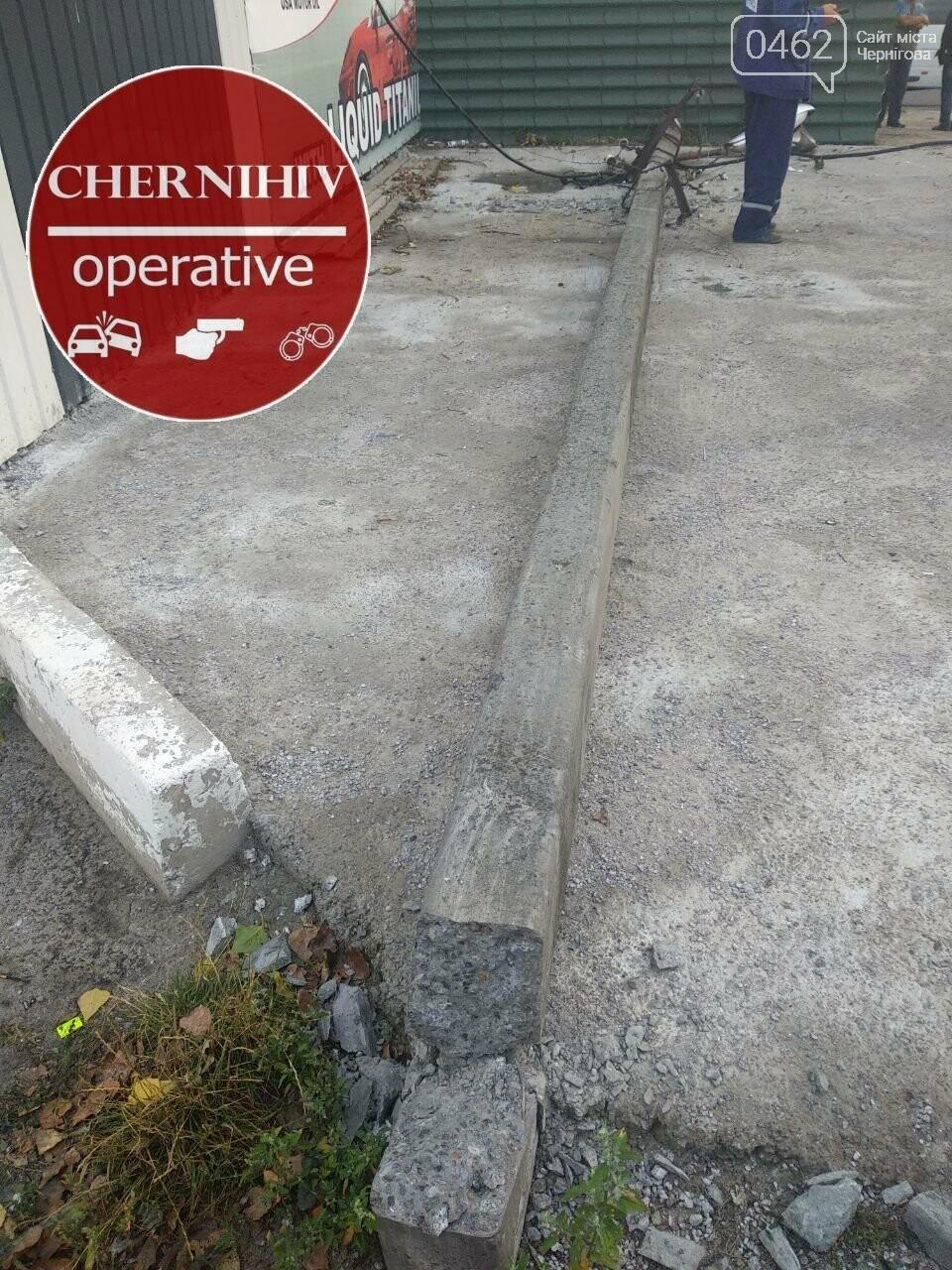 У Чернігові фура збила стовп, фото-3