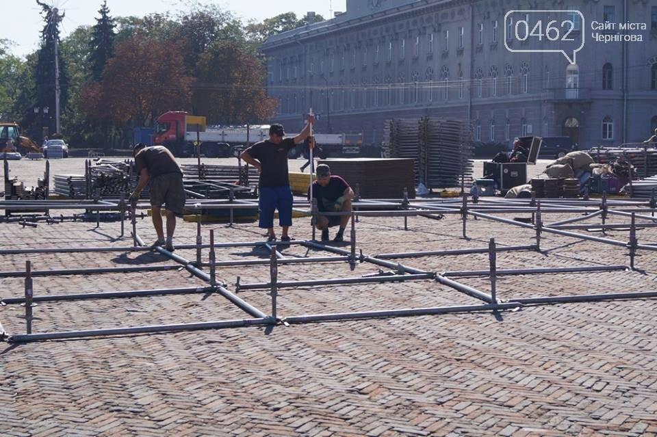 Головну сцену міста на Красній площі вже монтують, фото-2