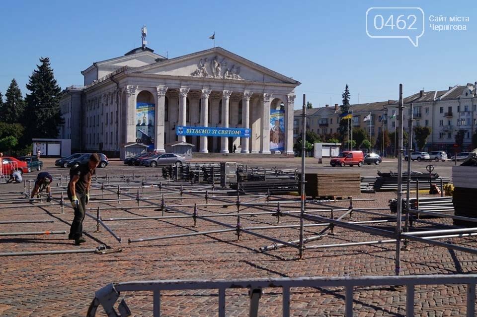 Головну сцену міста на Красній площі вже монтують, фото-3