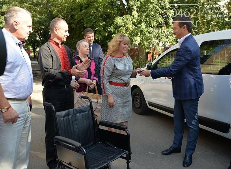 Чернігів першим в Україні отримав унікальний, обладнаний під потреби людей з інвалідністю легковик, фото-1