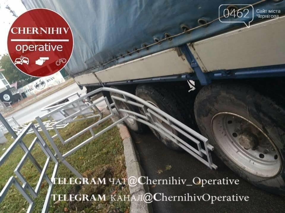 У Чернігові вантажівка протаранила паркан, фото-3