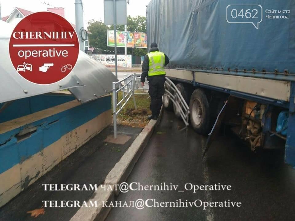 У Чернігові вантажівка протаранила паркан, фото-2