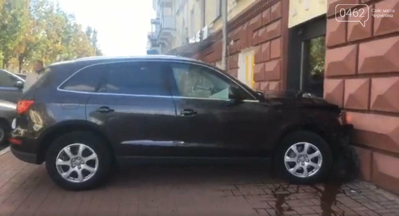 В центрі Чернігова авто в'їхало в будівлю, фото-1