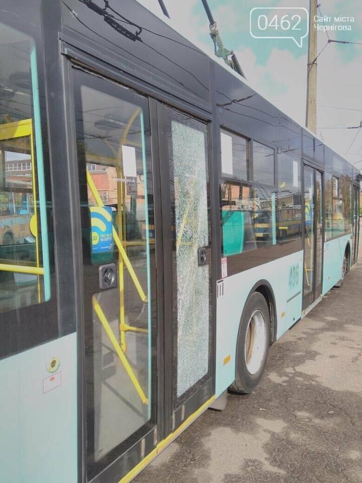 Вандали розбили черговий тролейбус, фото-1