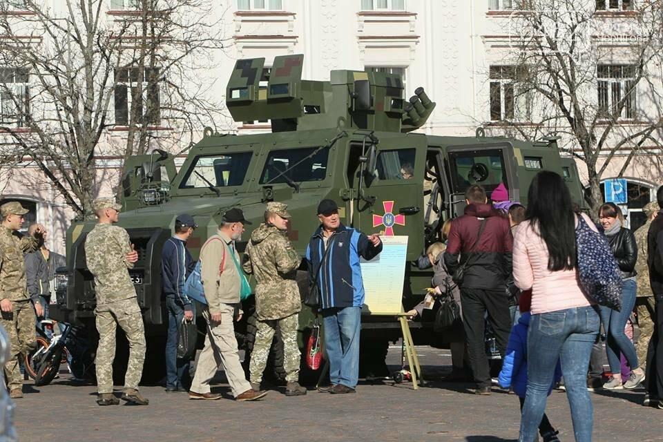 У Чернігові відбулась виставка військової техніки до Дня захисника України, фото-1