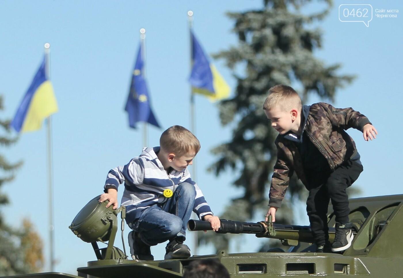 У Чернігові відбулась виставка військової техніки до Дня захисника України, фото-3