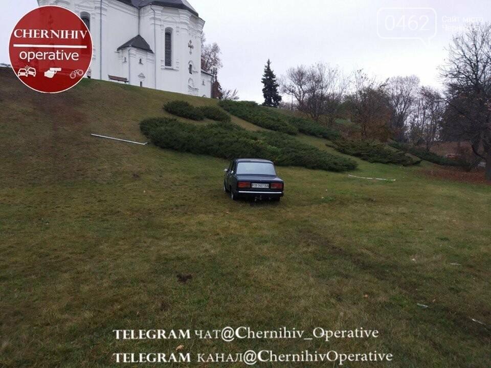 В Чернигове «Жигули» едва не влетели в Екатерининскую церковь, фото-2