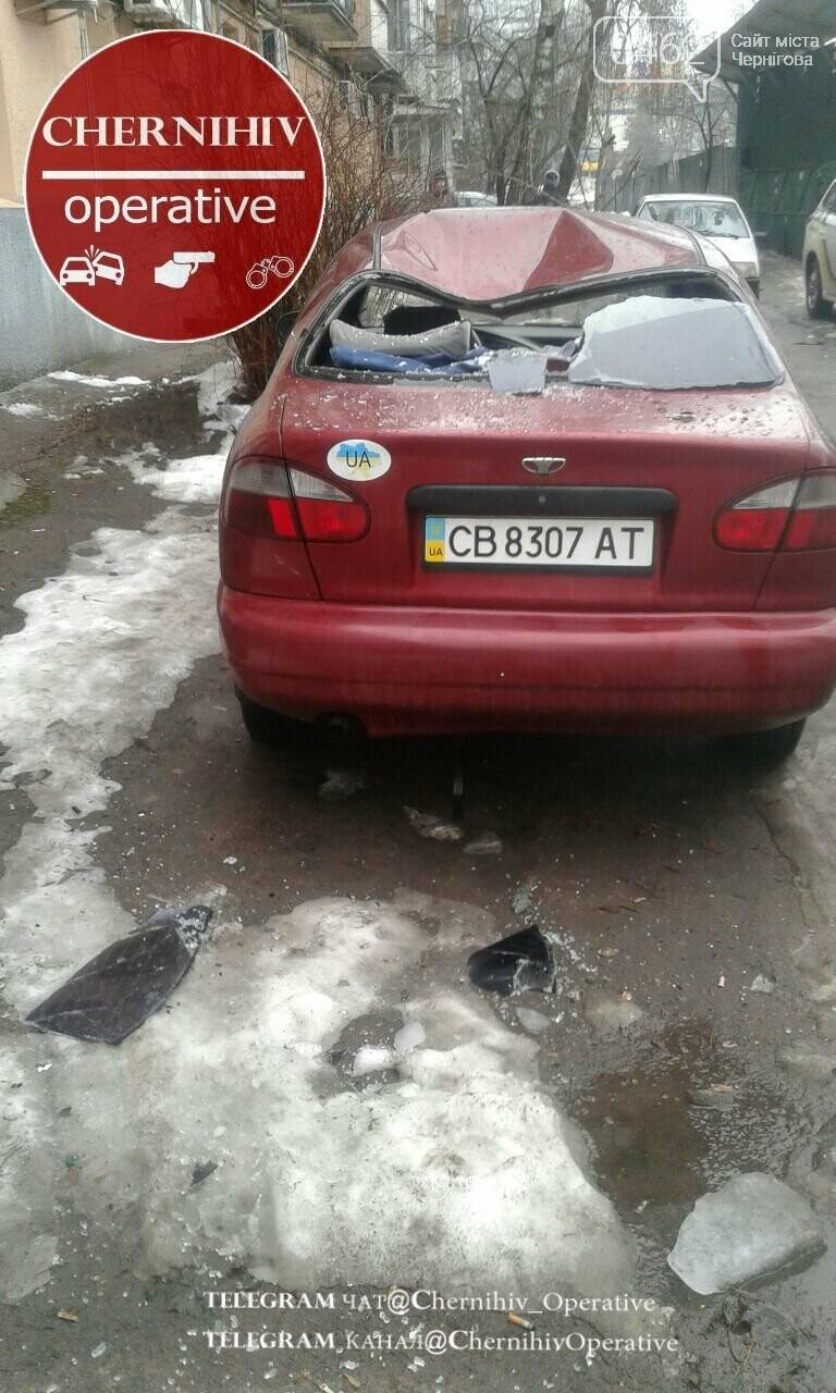У Чернігові крижана брила вдруге розтрощила авто, фото-1