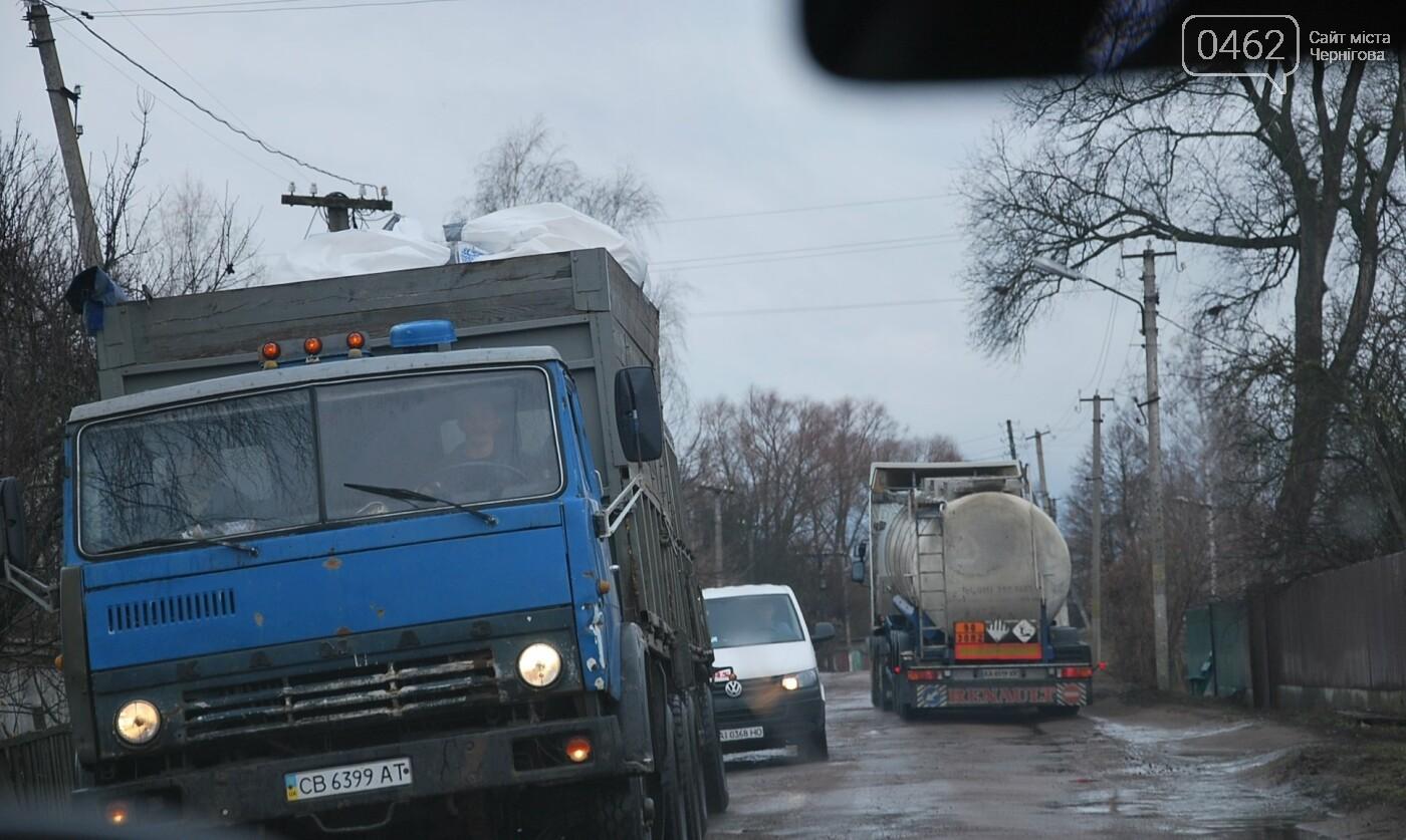 Фуры разрушают дорогу в Черниговской области. С ними будут бороться габаритными рамками, фото-3
