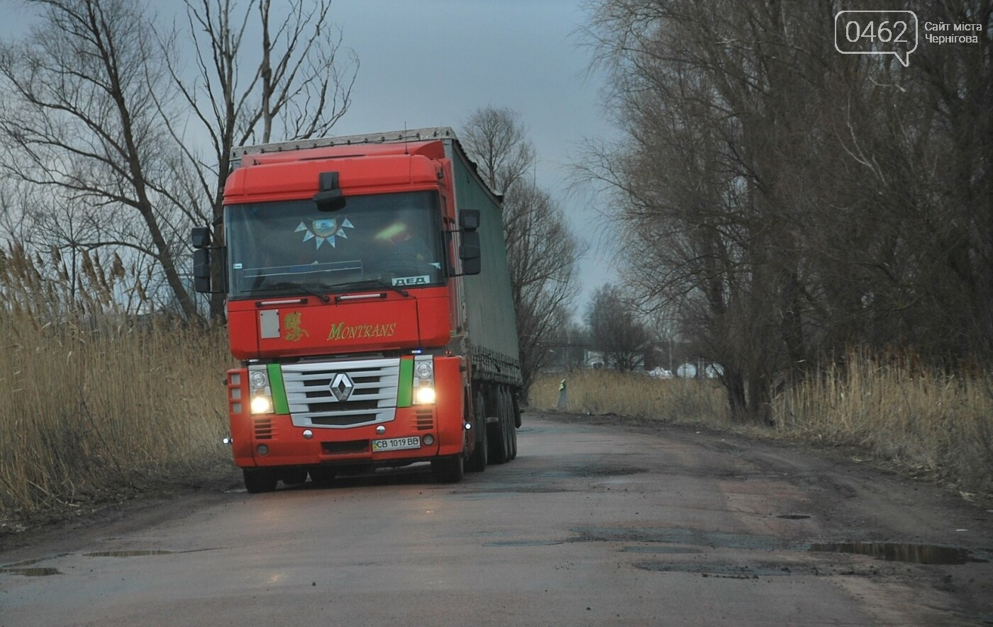 Фуры разрушают дорогу в Черниговской области. С ними будут бороться габаритными рамками, фото-4