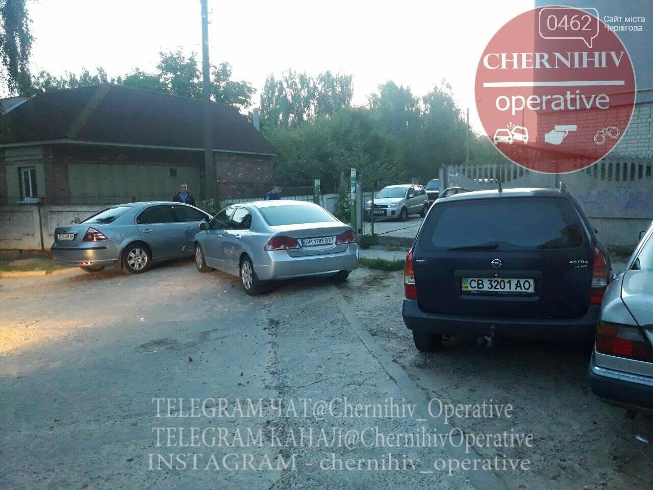 ДТП на ровном месте: в Чернигове водитель повредил стоящие на парковке авто, фото-1
