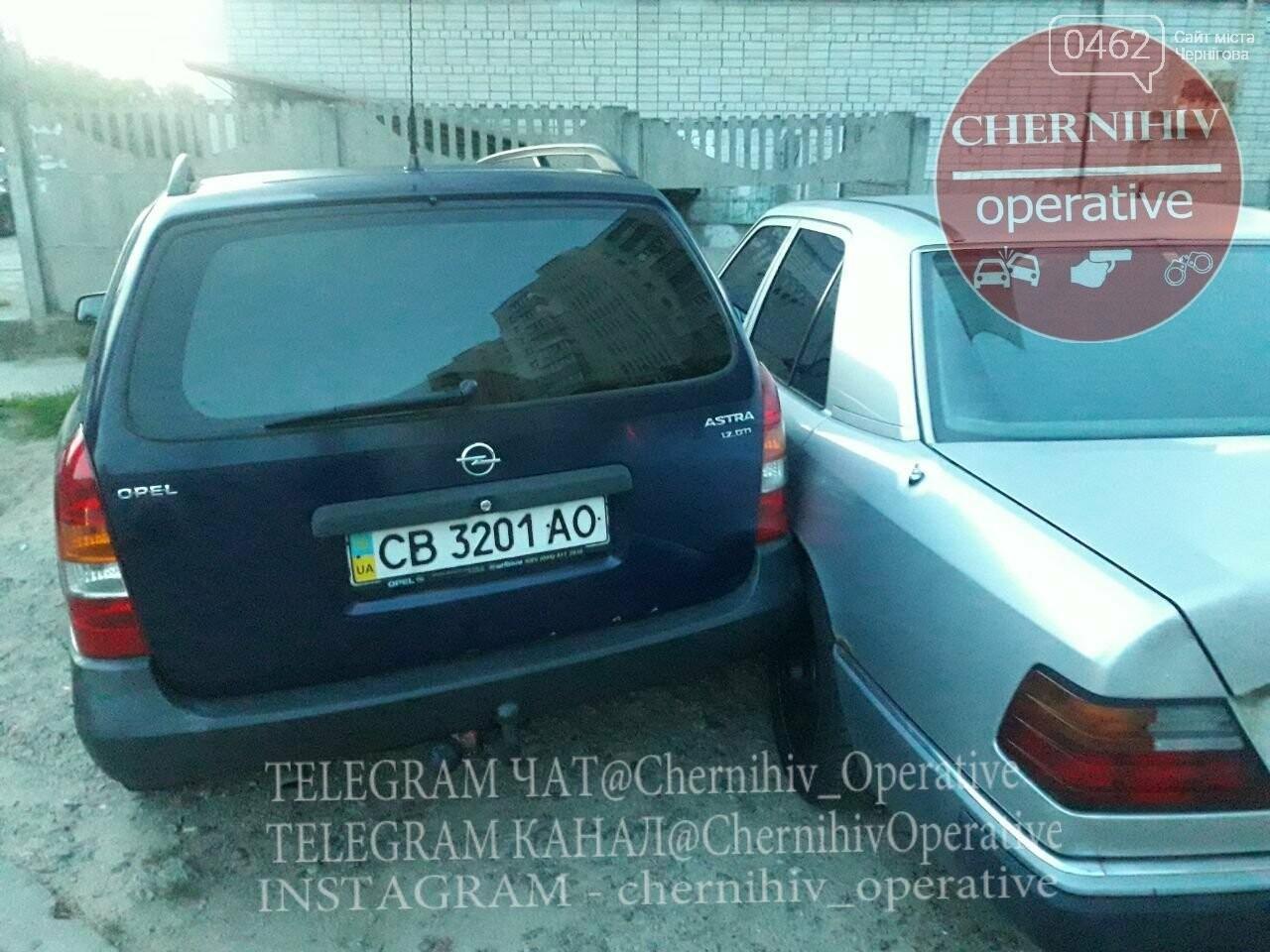 ДТП на ровном месте: в Чернигове водитель повредил стоящие на парковке авто, фото-2