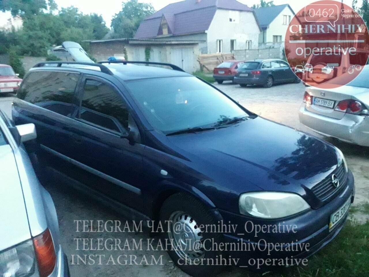 ДТП на ровном месте: в Чернигове водитель повредил стоящие на парковке авто, фото-3