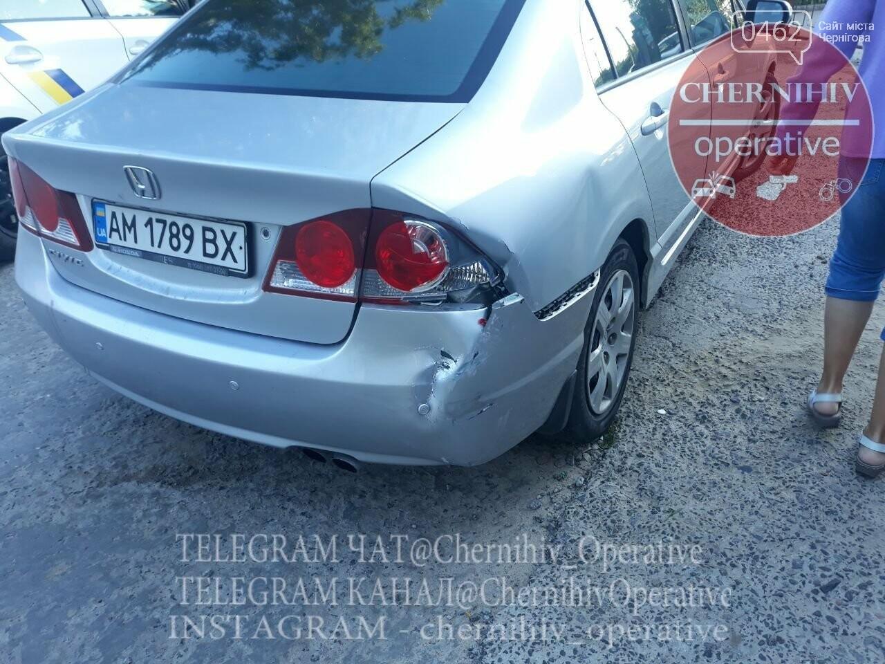 ДТП на ровном месте: в Чернигове водитель повредил стоящие на парковке авто, фото-5