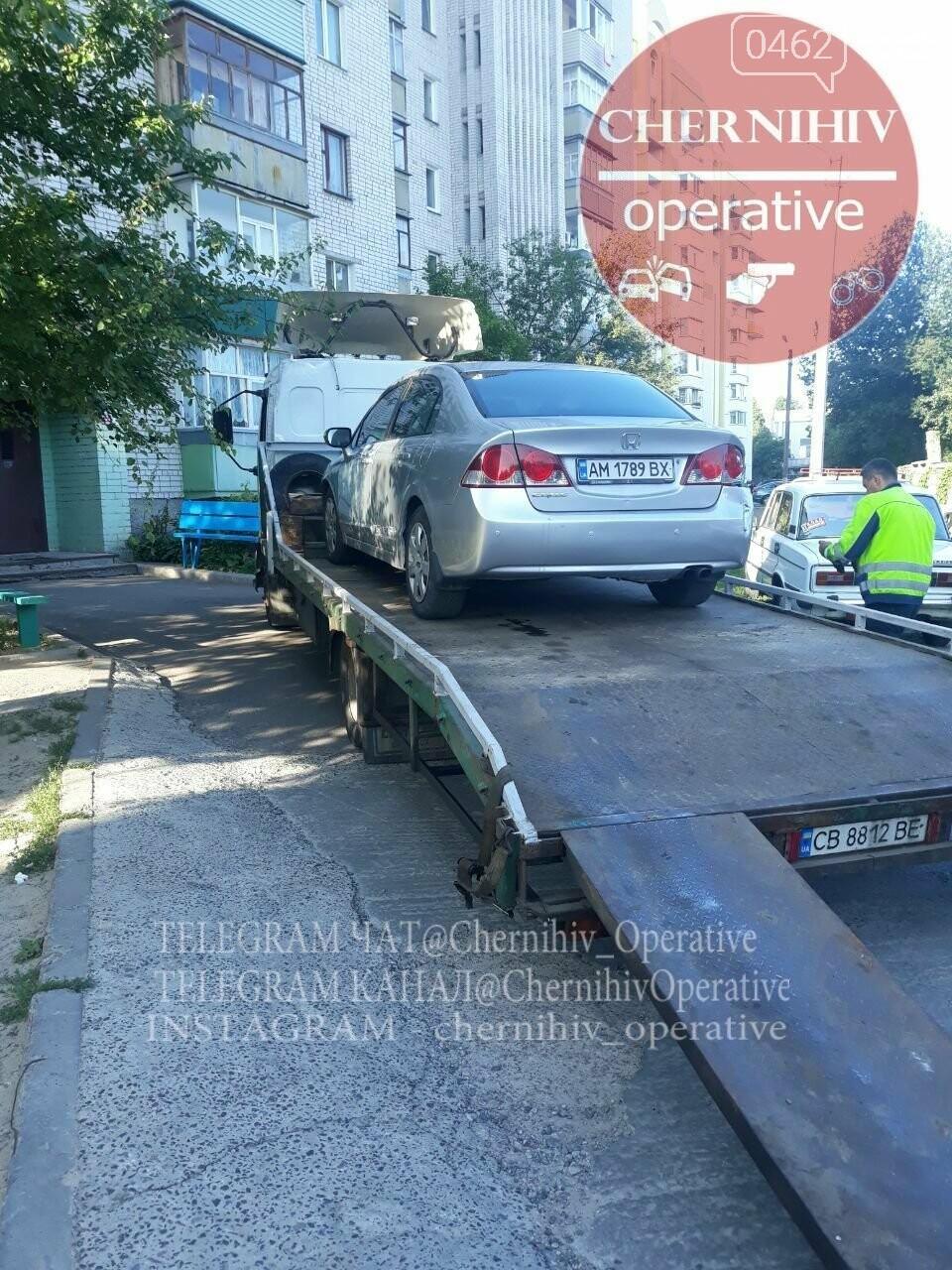 ДТП на ровном месте: в Чернигове водитель повредил стоящие на парковке авто, фото-7