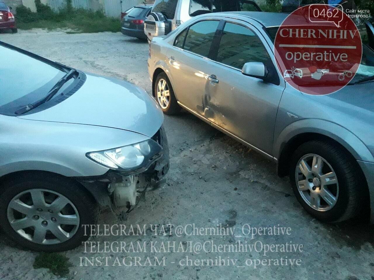 ДТП на ровном месте: в Чернигове водитель повредил стоящие на парковке авто, фото-8