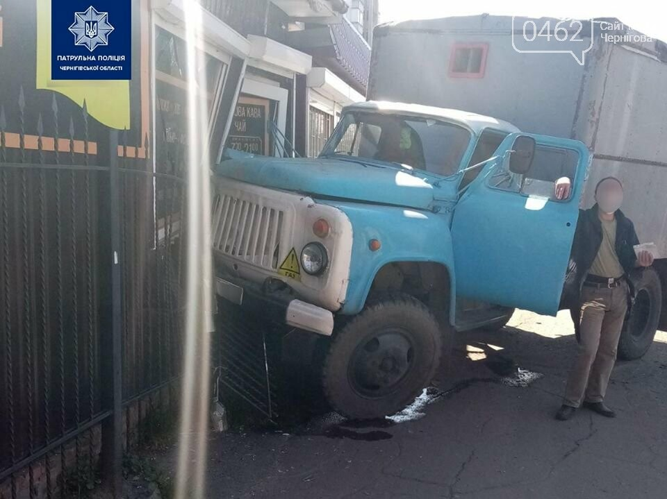 П'яний у дим водій вантажівки в Чернігові перевірив на міцність кіоск, фото-1
