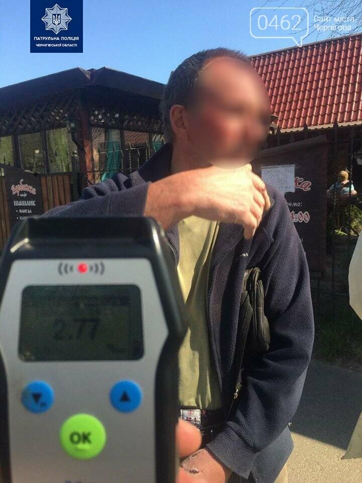П'яний у дим водій вантажівки в Чернігові перевірив на міцність кіоск, фото-2