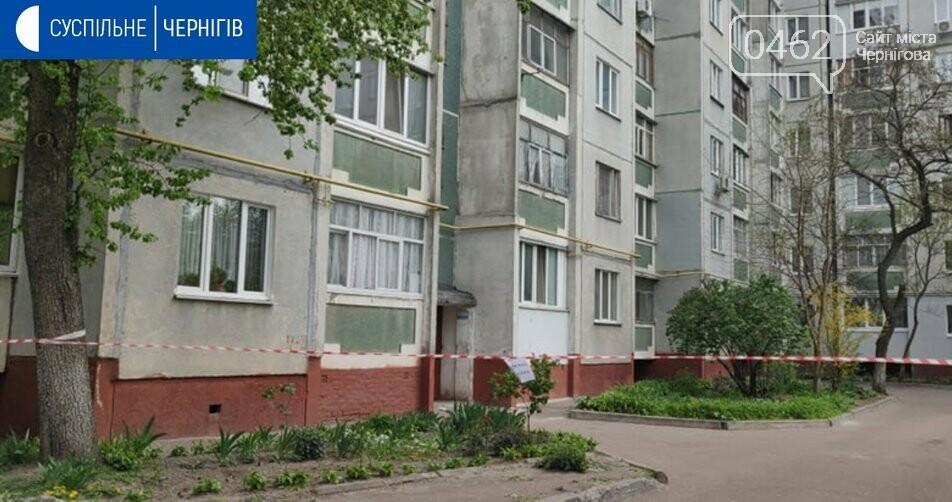 На розі П'ятницької та Київської вулиць у Чернігові дезінфікують багатоповерхівку, фото-1