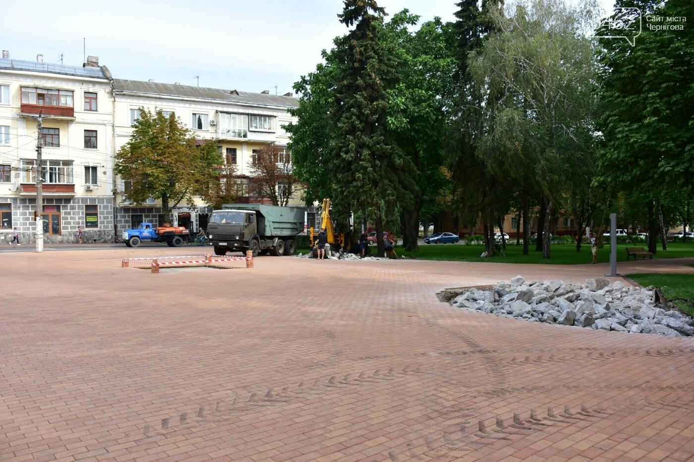 Площу навпроти Інституту історії вже готують для встановлення бронзового макету Чернігова та скульптур, фото-2