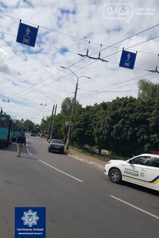 У Чернігові евакуатор прибрав автівку, яка заважала тролейбусам, фото-1