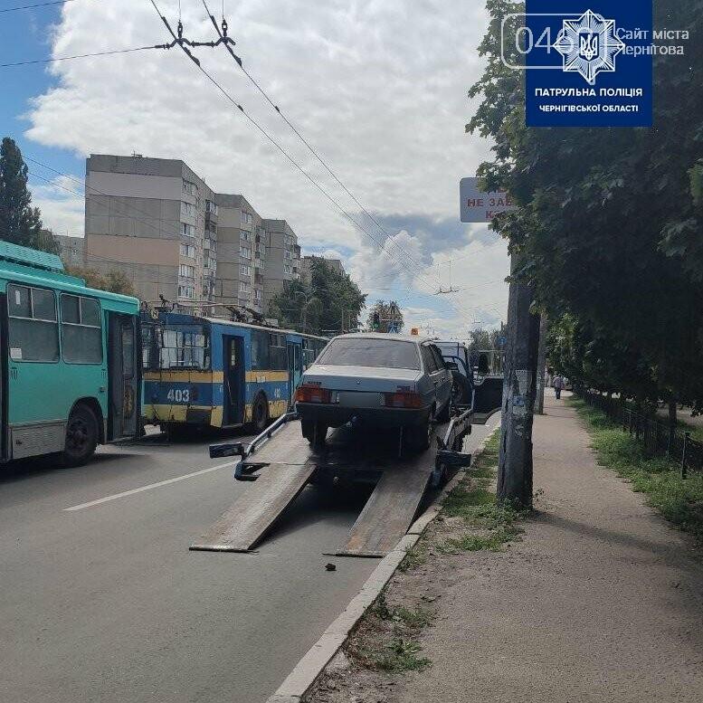 У Чернігові евакуатор прибрав автівку, яка заважала тролейбусам, фото-2