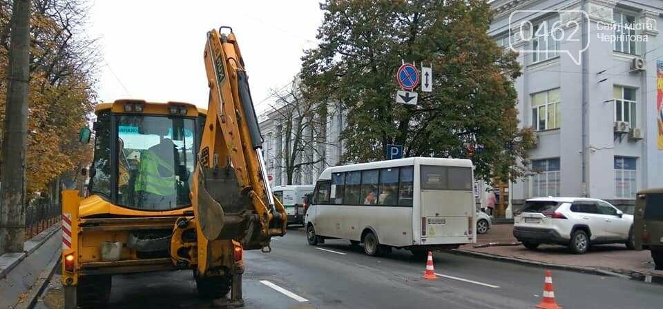 У центрі Чернігова частково перекрили дорогу через аварію на водогоні, фото-1