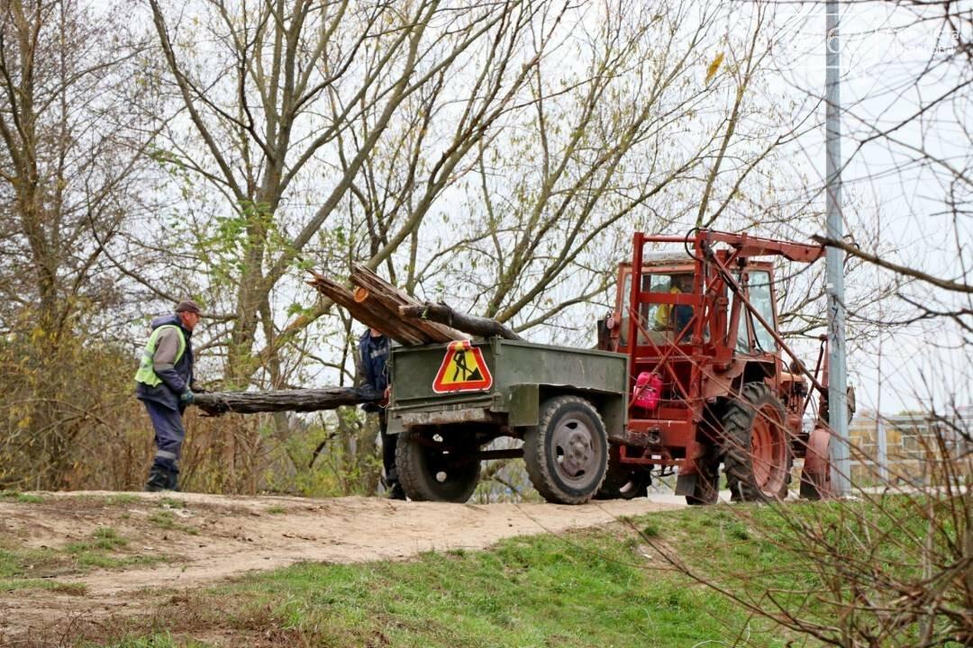 У Чернігові комунальники почистили від сміття дамби, фото-3