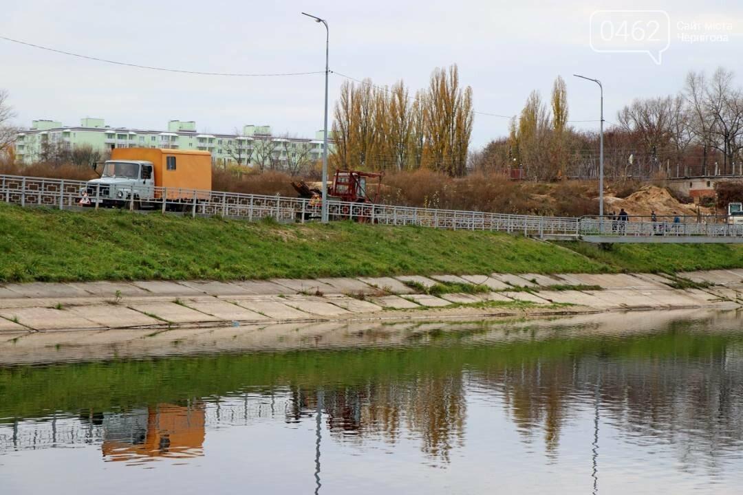 У Чернігові комунальники почистили від сміття дамби, фото-5