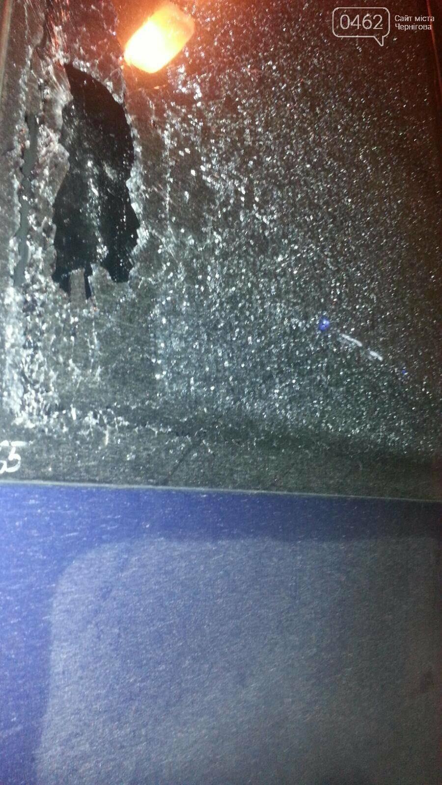 У Чернігові обстріляли автобус, який дешевше возить людей на Київ, фото-1