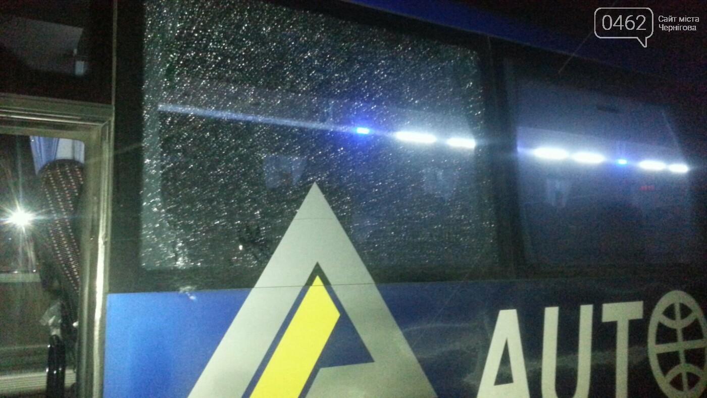 У Чернігові обстріляли автобус, який дешевше возить людей на Київ, фото-2