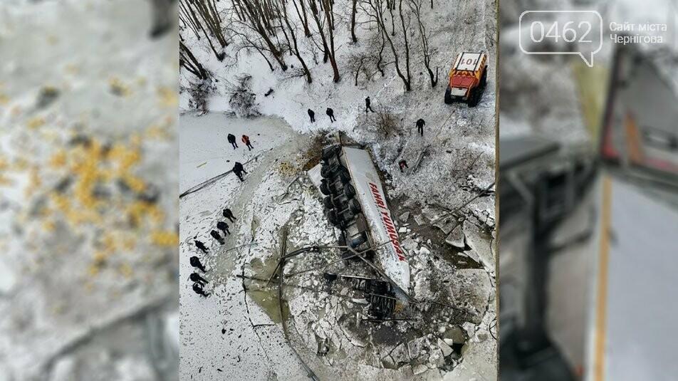 Фура впала у Десну поблизу Чернігова, фото-1