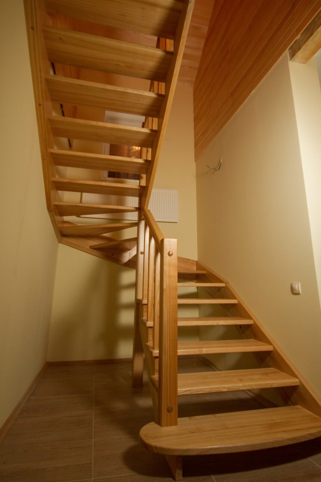 Практичность и эстетика - идеальное сочетание деревянной лестницы, фото-1