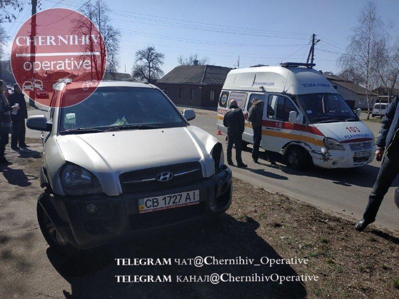 """У Чернігові зіткнулись """"карета"""" швидкої допомоги та позашляховик, фото-1"""